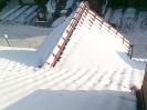 Usuwanie śniegu z dachów i zbijanie nawisów lodowych